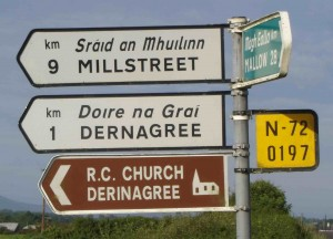 blanc: par route secondaire vert: par RN marron: info touristique jaune: N° de route ligne du haut: traduction en gaélique