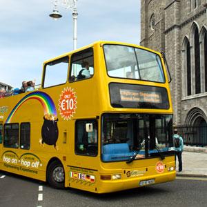 bus panoramiques jaunes